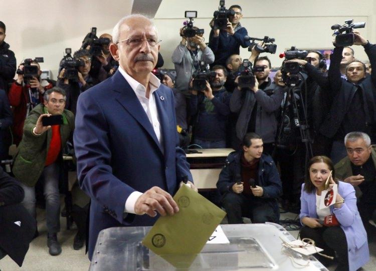 """<p><span style=""""color:#A9A9A9"""">CHP Genel Başkanı Kemal Kılıçdaroğlu, eşi Selvi Kılıçdadroğlu ile birlikte Arjantin İlkokulu 4202 numaralı sandıkta oyunu kullandı.</span></p>"""