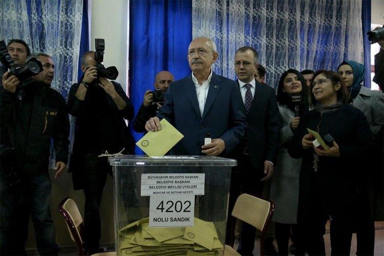 """<p><span style=""""color:#A9A9A9"""">Eşi Selvi Kılıçdaroğlu ile birlikte Arjantin İlkokuluna gelen Kemal Kılıçdaroğlu, vatandaşların yoğun ilgisi ile karşılaştı. Oyunu kullanmak için 4202 numaralı sandığı gelen Kılıçdaroğlu, oyunu kullandıktan sonra gazetecilere açıklamada bulundu.</span></p>"""