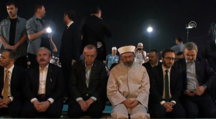 <p>Cumhurbaşkanı Recep Tayyip Erdoğan, Diyanet İşleri Başkanlığı ve Türkiye Diyanet Vakfının Yenikapı'da açık havada düzenlediği Enderun teravih namazında yüz binlerce vatandaşla birlikte saf tuttu.</p>