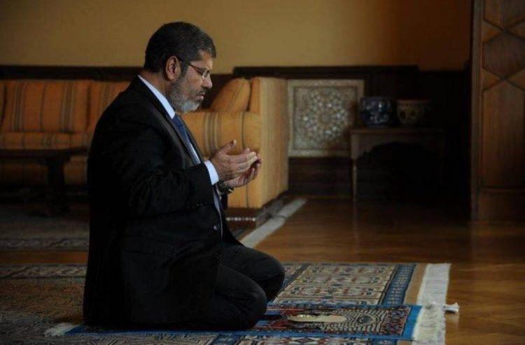 <p>Muhammed Mursi'yi Mısır cumhurbaşkanlığı koltuğuna ulaştıracak politik kariyeri Müslüman Kardeşler Hareketi içerisinde 2000 yılında başladı.Müslüman Kardeşler'in yasal olarak seçime katılmaları mümkün olmadığından parlamentoya bağımsız siyasetçi olarak girdi ve 2000-2005 yılları arasında milletvekili olarak görev yaptı.</p>  <p></p>