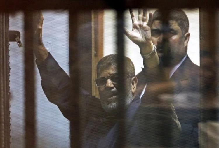 <p>Darbeyle görevden alınan Muhammed Mursi 6 yıldır hapiste tutuluyordu.</p>  <p></p>