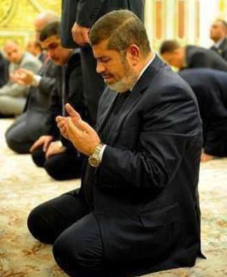 <p>Mursi'nin Cumhurbaşkanı seçilmesinin yıl dönümü olan 30 Haziran'da başlayan eylemler sonrasında 3 Temmuz'da Mısır ordusu yönetime el koydu. Mursi ise darbeyi kabul etmediğini açıkladı ve direnme çağrısında bulundu. Darbe sonrasında Muhammed Mursi'nin gözaltına alındığı açıklandı.</p>  <p></p>