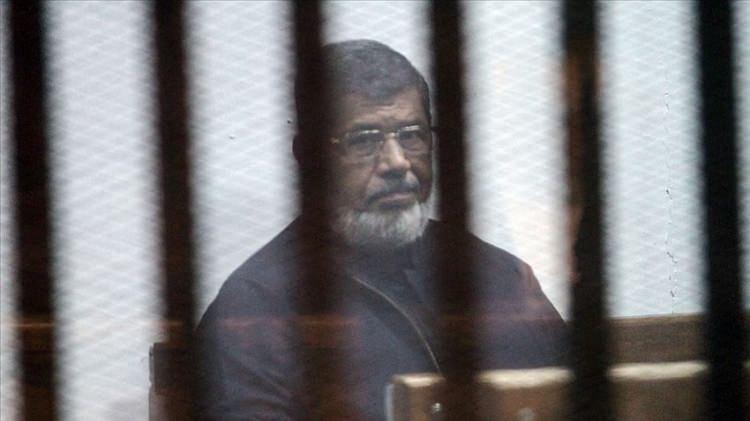 <p>Darbeyle görevinden uzaklaştırılan, Mısır'ın demokratik yollarla seçilmiş ilk Cumhurbaşkanı Muhammed Mursi, mahkeme salonunda şehit düştü.</p>