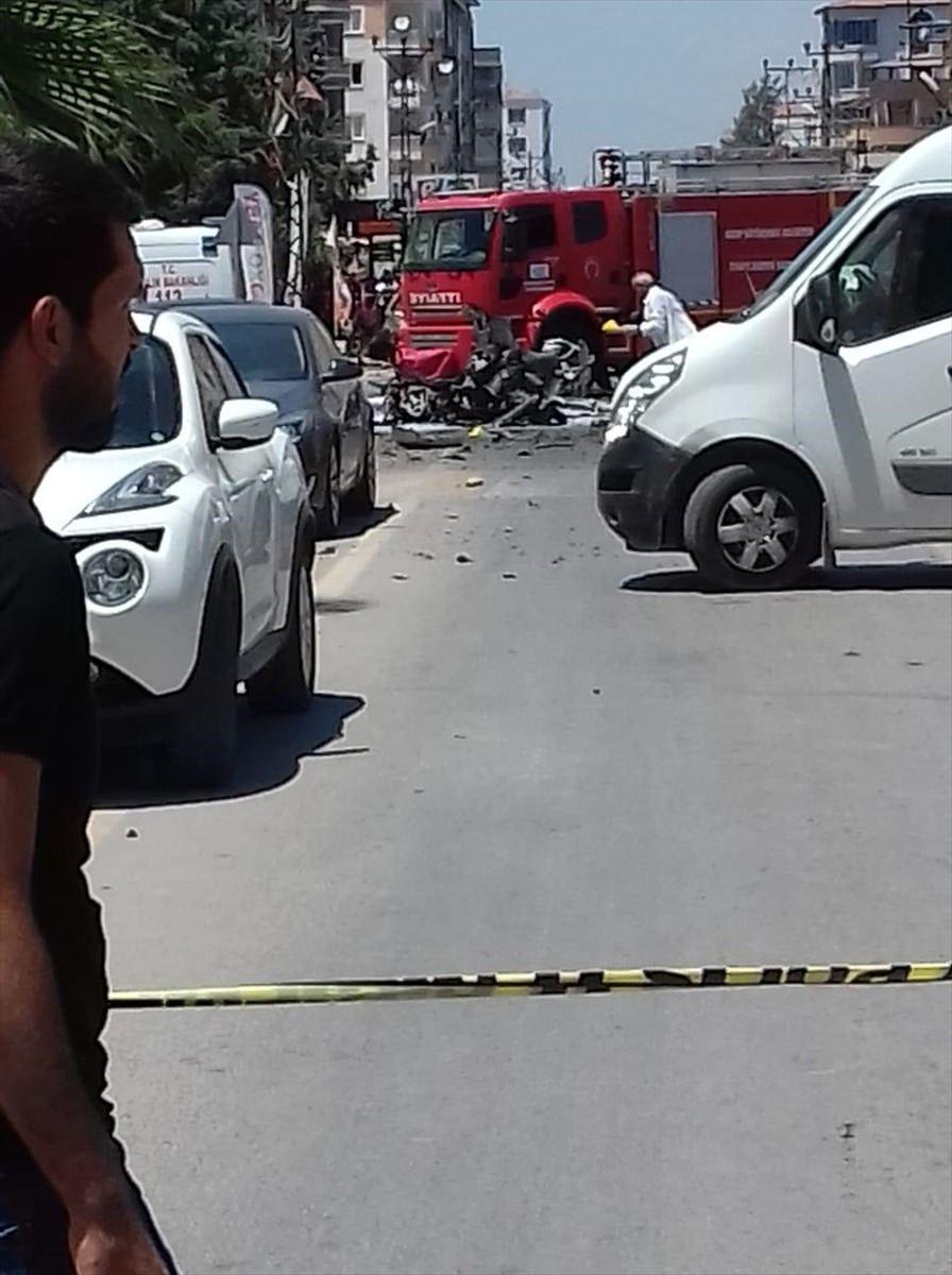 <p>Hatay'ın Reyhanlı ilçesinde bomba yüklü olduğu iddia edilen bir araçta patlama meydana geldi. Şiddetli patlamada ölü ya da yaralı sayısıyla ilgili kesin bilgiye henüz ulaşılamazken, olay yerine çok sayıda ambulans ve polis ekibi sevk edildiği bildirildi.</p>  <p></p>