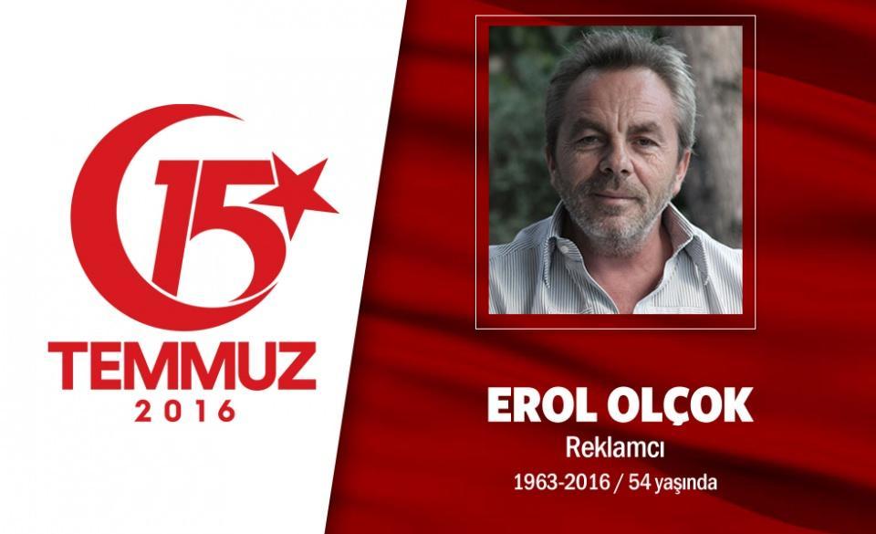 """<p>Dava insanı, dava yolunda şehit düştü. 5 Mart 1962 yılında Çorum'un Mecideyekavak Köyü'nde doğan Erol Olçok, evli ve üç çocuk babasıydı. 54 yaşındaki reklamcı Erol Olçok, Türkiye'de en önemli siyasi iletişim kampanyalarının duayeniydi. 14 yıllık AK Parti iktidarının, başarıdan başarıya koşan tüm seçim kampanyalarında onun damgası vardı. Cumhurbaşkanı Erdoğan'la ilişkisini hiçbir zaman profesyonel bir ilişki olarak tanımlamadı. Her zaman dava, yol ve kader arkadaşlığı olarak gördü. İlk oğluna Abdullah Tayyip adını verdi. Oğluyla birlikte şehadet şerbetini içti. 15 Temmuz gecesi oğlu Abdullah Tayyip ile gittiği Boğaziçi Köprüsü'nde hain darbeciler tarafından şehit edildi. Cumhurbaşkanı Erdoğan, cenaze töreninde, """"Erol benim bir yol arkadaşımdı Abdullah pırlanta bir yavrumuzdu. Mekanı cennet olsun inşallah."""" diyerek gözyaşlarını tutamadı. Şehit Erol Olçok, Altunizade İlahiyat Fakültesi Camii'ndeki cenaze namazı sonrası Karacaahmet Mezarlığı'nda evladı Abdullah Tayyip ile yan yana defnedildi.</p>  <p></p>"""