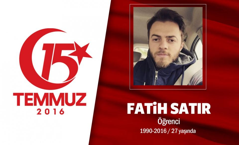"""<p>26 yaşındaki Fatih Satır, pilot olma hayalleri kuruyordu. Pilotluk sınavını kazanmış, mülakata girmeyi bekliyordu. """"Baba ölmek var, dönmek yok. Hakkını helal et. Şehit olmaktan geriye dönüş yok. Sizi çok seviyorum"""" diyerek yola çıktı. Sarıyer'den İstinye'deki Borsa İstanbul'un önüne geldi. Hain darbecilerin açtığı yaylım ateşi sonucu şehit düştü. Şehidin babası, """"""""Şehit oğlumun üzerindeki kanlı bayrağı asla yıkatmam"""" diyor. Demokrasi şehidi Fatih Satır'ın cenazesi İstinye Aile Kabristanlığı'nda son yolculuğuna uğurlandı.</p>  <p></p>"""