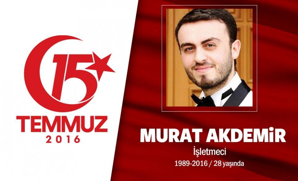 <p>27 yaşındaki Murat Akdemir, Rize'nin Kalkandere ilçesine bağlı Dülgerli Köyündendi. 1 çocuk babası Akdemir, dürümcü dükkanı işletiyordu. Darbe girişimi gecesi, 'Reis bizi çağırıyor anne, şehit olmaya gidiyorum' diyerek evden çıktı. Köprü üzerindeki darbecileri engellemek için çıktığı yolda Üsküdar Çengelköy'de darbeci bir albayın kurşunlarının hedefi oldu, şehit düştü. Şehit Murat Akdemir, binlerce kişinin uğurladığı törenle, Üsküdar Kandilli Mezarlığı'na defnedildi.</p>  <p></p>
