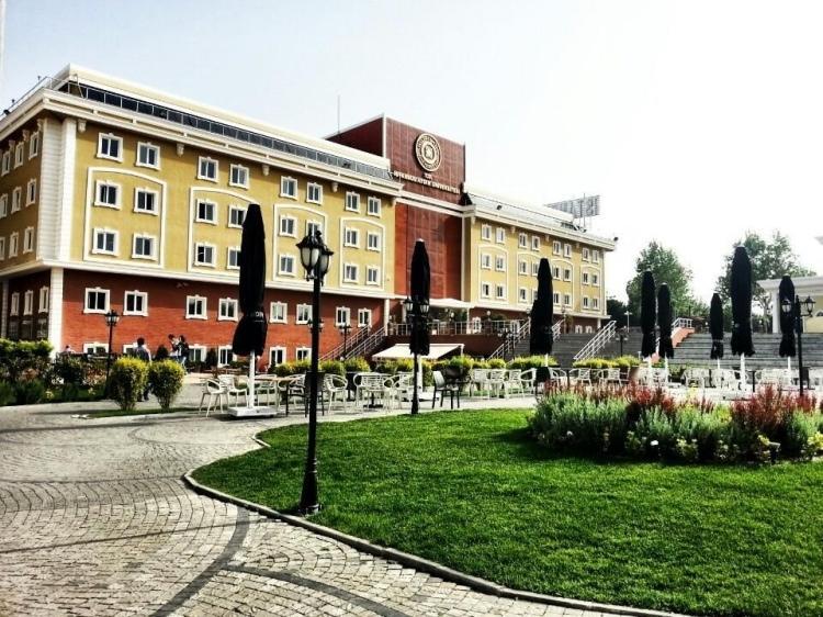 <p>16- İstanbul Aydın Üniversitesi</p>  <p>İstanbul Aydın Üniversitesi, tercih sıralamasında ilk 3 tercihten biri olmak koşulu ile ilk 1000'e giren öğrencilerine 500 TL burs imkanı sağlıyor.</p>