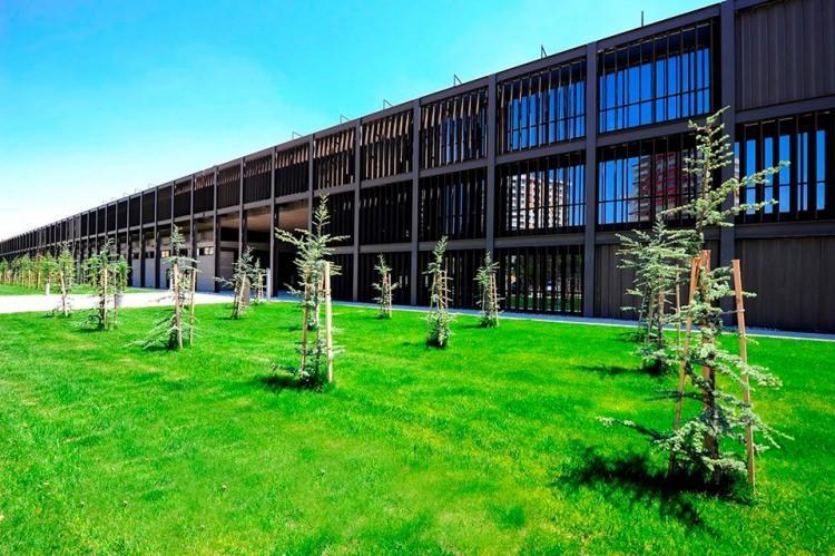 <p>Üniversiteler, 2019 YKS sonuçlarının açıklanması ile karşılıksız burs miktarları ve şartlarını açıkladı. Türkiye sıralamasına göre 6 bin TL'ye kadar burs imkanı sağlayan üniversiteler, öğrencilerinin çoğuna sıradan bir maaş miktarında burs veriyor. İşte karşılıksız burs veren üniversiteler ve şartları…</p>  <p></p>  <p>1- Abdullah Gül Üniversitesi</p>  <p>Abdullah Gül Üniversitesi, 9 ay hazırlık dahil 5 yıl boyunca öğrencilerine burs imkanı sağlıyor. İşte Abdullah Gül Üniversitesi'nin verdiği burs imkanları;</p>  <p>- 1-100 arasındaki öğrencilere ayda 2000 TL</p>  <p>- 101-1000 arasındaki öğrencilere ayda 1500TL</p>  <p></p>  <p>- 1001-5000 arasındaki öğrencilere ayda 1000TL</p>  <p>- 5001-10.000 arasındaki öğrencilere ayda 700 TL</p>  <p>- 10.001-15.000 arasındaki öğrencilere ayda 600TL</p>  <p>- 15.001-20.000 arasındaki öğrencilere ayda 500 TL şeklinde.</p>