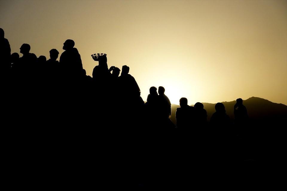 <p>Hacılar ertesi gün Mina'da Cemerat denilen şeytan taşlama noktasında taşları atmaya başlayacak.</p>  <p></p>