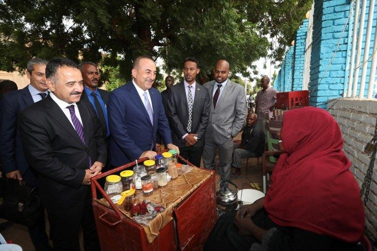 <p>Hartum sokaklarında çay ve kahve satan Hartumlu kadınlarla selamlaşan Çavuşoğlu, daha sonra kadınlara termos, Türk çayı ve kahvesi hediye etti.</p>