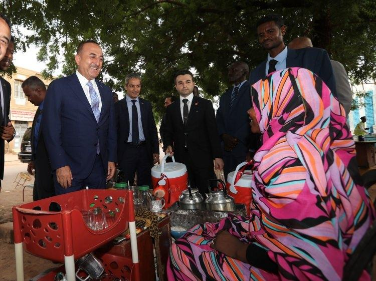 """<p>Çavuşoğlu, hediyeleri verirken, """"Bunlar bizim gönlümüzden gelen hediyelerdir."""" dedi.</p>"""