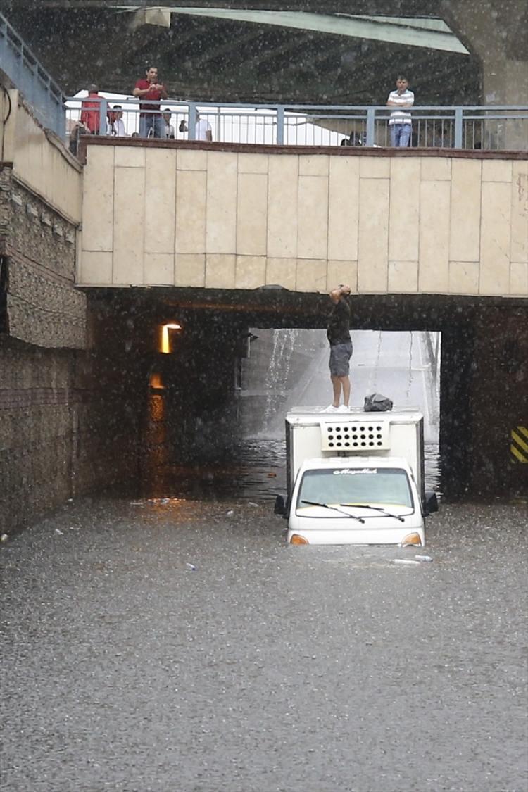 <p>İstanbul'da şiddetli yağmur Avrupa yakasında etkili oluyor. Bir kamyonet sürücüsü Aksaray alt geçidinde biriken suda mahsur kaldı.</p>  <p></p>