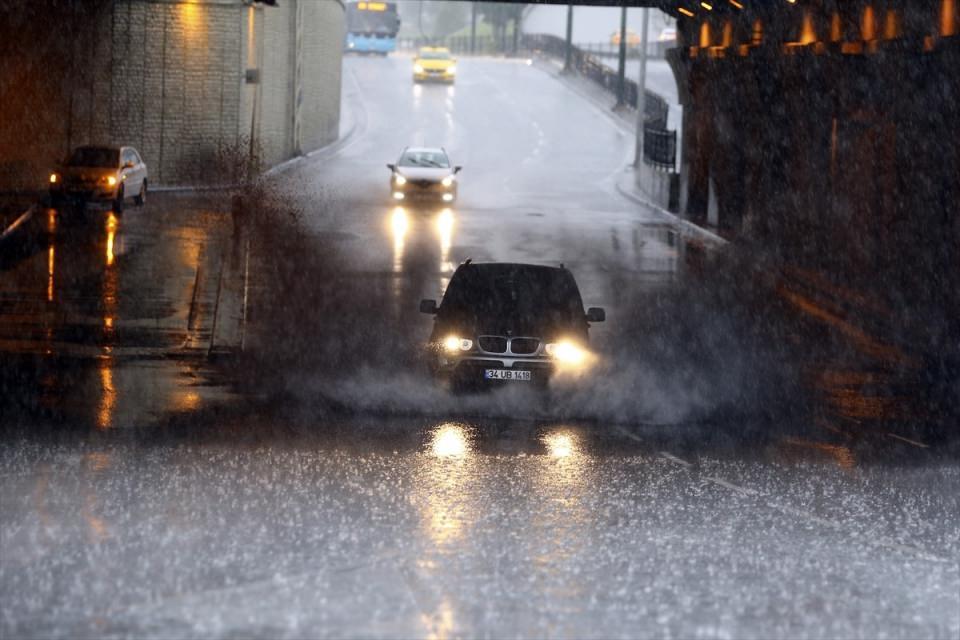 <p>İstanbul'da etkili olan sağanak yağışla birlikte Bakırköy sahil yolu oluşan su birikintileri nedeniyle tamamen trafiğe kapandı. Sahil yolunda çok sayıda araç mahsur kalırken, ekiplerin su tahliye çalışmaları sürüyor.</p>