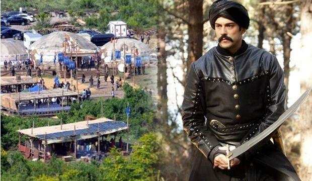 <p><strong>DİRİLİŞ OSMAN NEREDE ÇEKİLİYOR?</strong></p>  <p>Diriliş Osman dizisinin seti İstanbul ilinin Beykoz ilçesine bağlı Riva'da kurulan platoda çekiliyor. Dizinin çekim yerinde devasa kaleler, hanlar, hamamlar, camiler, kiliseler, en ince ayrıntısına kadar titizlikle inşa edildi. Şu anda Avrupa'nın en büyüğü olan platoda 60 ayrı marangoz ekibi çalışıyor. Dizide 800 metrelik yapay göl ise koca bir nehir olarak aktarılacak. Şuanda Diriliş Osman dizi setinde 1500 kişi yeni sezon içim hummalı bir şekilde çalışıyor.</p>