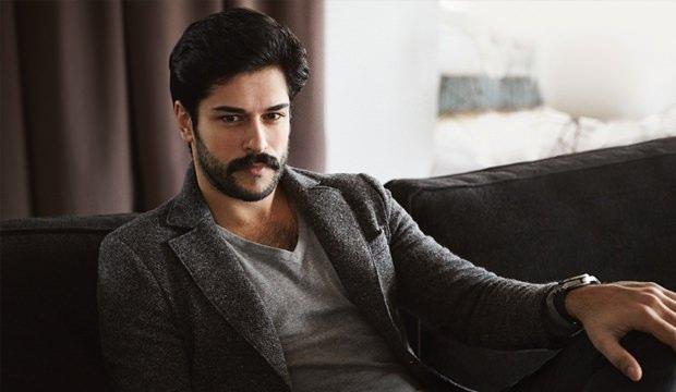 <p>24 Aralık 1984 doğumlu olan yakışıklı oyuncu İstanbul doğumlu, baba tarafın<strong></strong>dan ise aslen Gaziantep'lidir. Annesi Ceyhan Özçivit, babası Bülent Özçivit'tir, Burçun Deniz isminde bir kız kardeşi vardır. Kız kardeşi 2014 yılında Ahmet Deniz ile evlenmiştir. Şimdiki eşi ile Çalıkuşu isimli dizinin setinde tanışmıştır. 29 Haziran 2017 tarihinde ise İstanbul Yeniköy Sait Halim Paşa Yalısında Fahriye Evcen ile dünya evine girmiştir.</p>