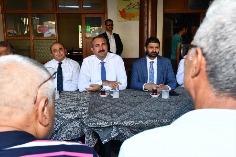 <p>Adalet Bakanı Abdulhamit Gül, Kuzey Kıbrıs Türk Cumhuriyeti'ndeki (KKTC) temasları kapsamında, 1974'ten bu yana kapalı ve askeri bölge statüsündeki Maraş bölgesini ziyaret ederek, yetkililerden bilgi aldı.</p>
