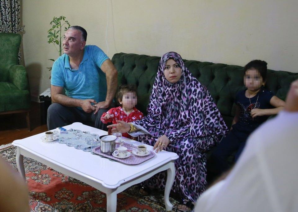 <p>Başkentte bir apartman dairesinde faaliyet gösterdikleri ruhsatsız muayenehanede yabancılara olumsuz koşullarda sağlık hizmeti sundukları belirlenen Suriye uyruklu 3 kişi yakalandı.</p>