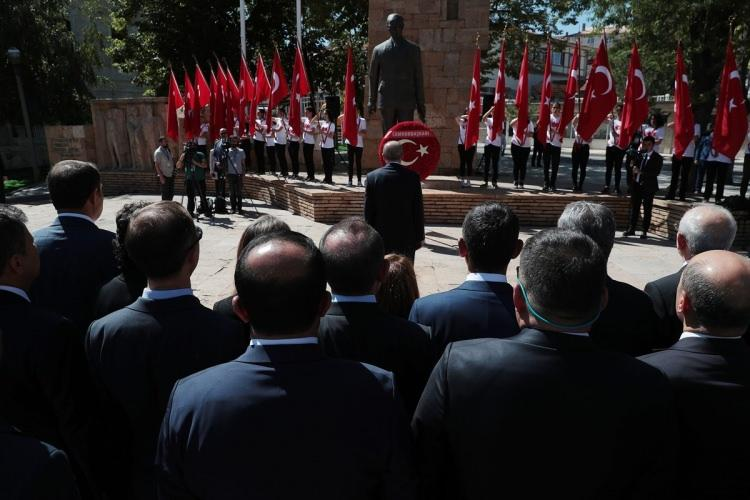 <p>Cumhurbaşkanı Erdoğan ve beraberindekiler, çelenk sunma töreninin ardından Atatürk Kongre Müzesi'ne geçti.</p>  <p></p>