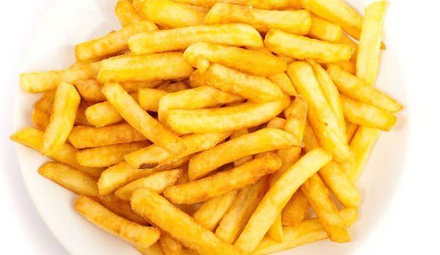 <p>Kızartırken sıçramaması için bir havlu kağıt yardımıyla patateslerin suyunu alalım.</p>  <p></p>