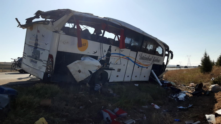 <p>Afyonkarahisar'da yolcu otobüsünün şarampole devrilmesi sonucu 1 kişi öldü, 40 kişi yaralandı.</p>
