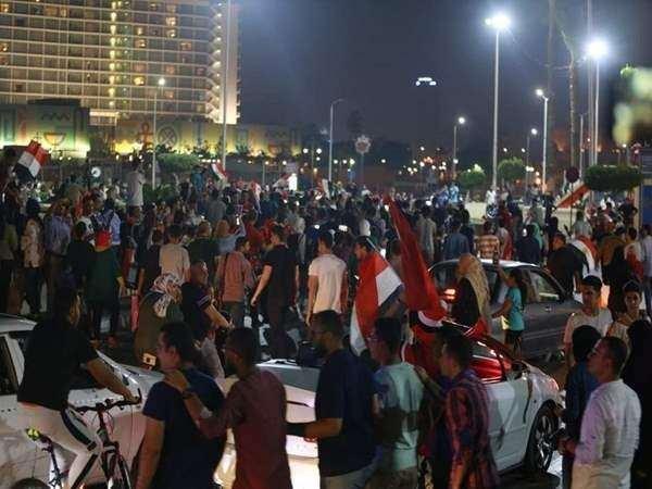 <p>Mısır'da yolsuzlukla suçlanan darbeci Sisi'yi protesto etmek için halka sokaklara inme çağrısı yapılmıştı. Mısırlılar akşam saatlerinde Kahire'deki Tahrir Meydanı'nda Sisi'yi protesto etmeye başladı. Polis ise protestocuları gözaltına almaya başlarken, meydan etrafındaki dükkanları da kapattırıyor. Öte yandan, gösterilerin 10 kente daha sıçradığı belirtiliyor.</p>  <p></p>