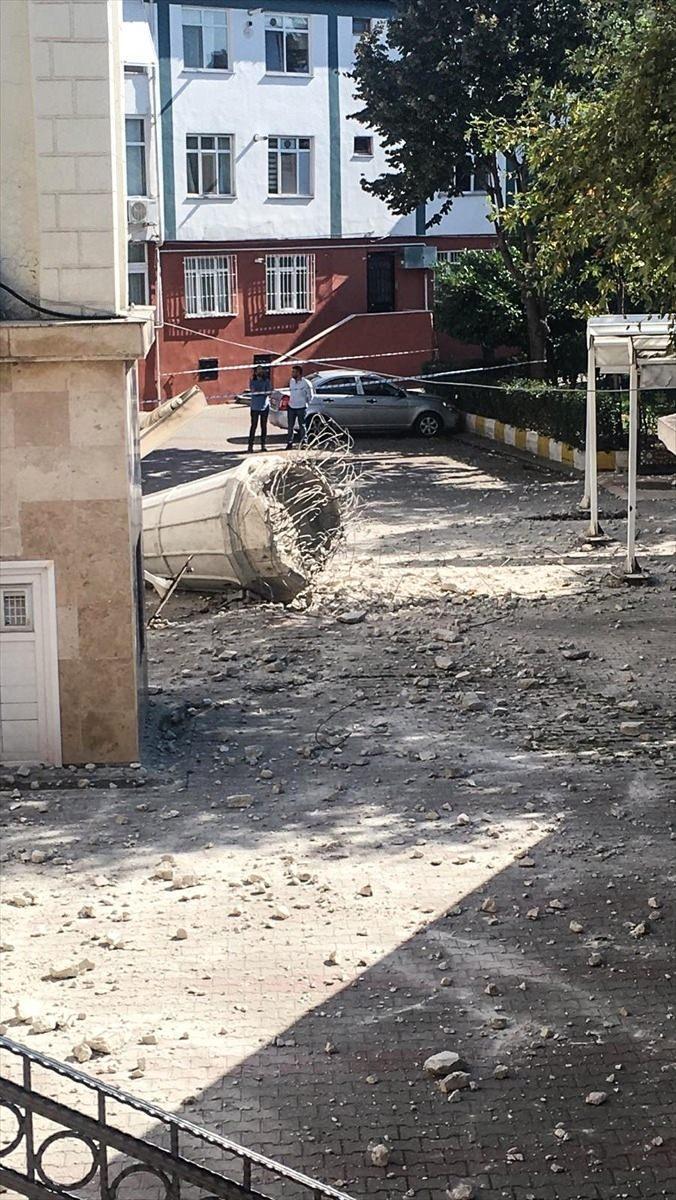 <p>Deprem nedeniyle Avcılar Merkez Cami'nin minaresi yıkıldı.</p>