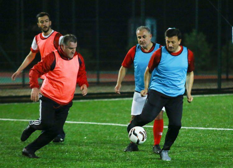 <p>Bir önceki kampta oynanan maçın yıldızı olan İzmir milletvekili Alpay Özalan, vefat eden amcası İbrahim Özalan'ın cenazesine katıldığı için maçta yer almadı.</p>  <p></p>