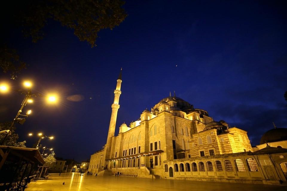 <p>Barış Pınarı Harekatı'nın zaferle sonuçlanması için Fatih Camisi'nde Fetih suresi okundu.</p>