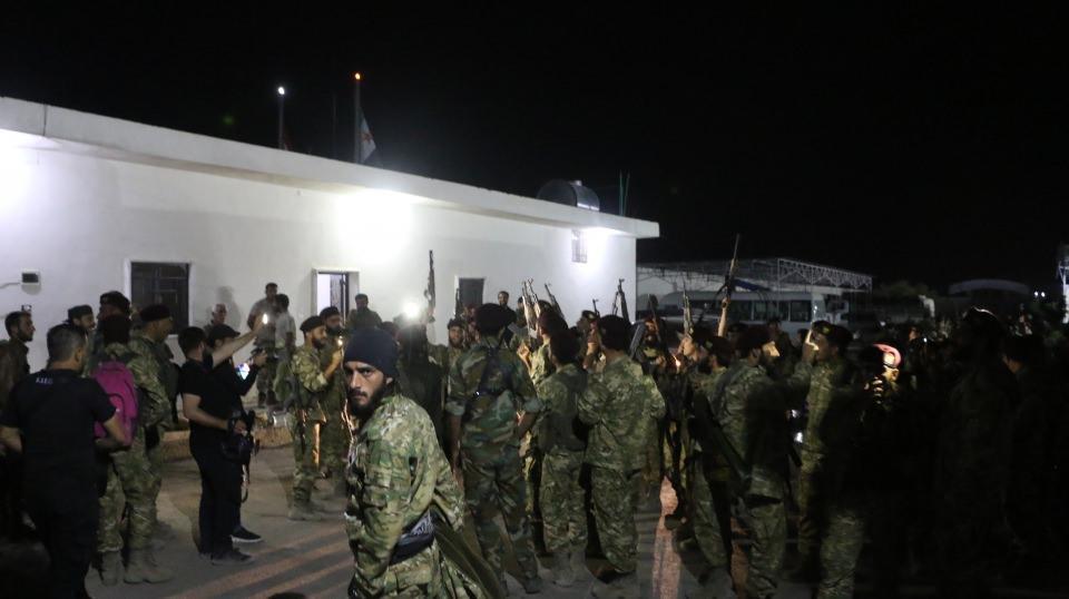 <p>Ağır silahlarla donatılan Hamza Tümeni Özel Kuvvetleri, tırlarla gece saatlerinde Akçakale'ye geldi. Milli Ordusu'na bağlı Hamza Tümeni askerleri güvenlik önlemleri altında Akçakale'ye giriş yaptı.</p>