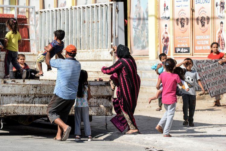<p>Tel Abyad sınırındaki Akçakale ilçesinde 2 gündür toplam 21 ayrı noktaya havan topu düştü. Havan toplarının tamamı ilçe merkezindeki evlere isabet etti.</p>
