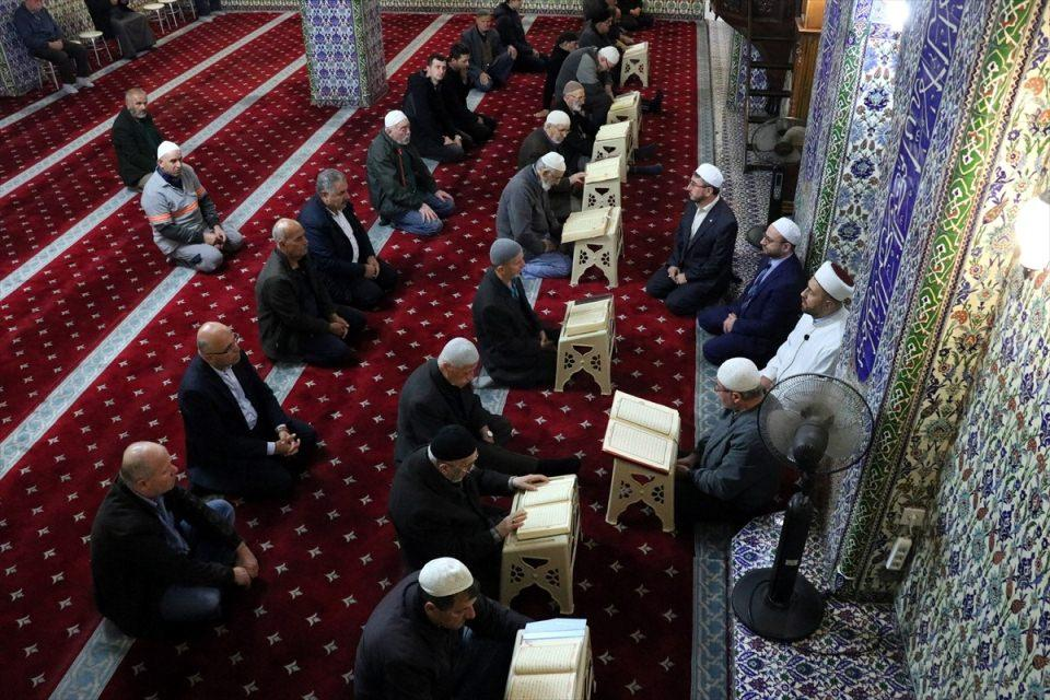 <p>Sakarya'nın Adapazarı ilçesindeki Yeni Cami'de sabah namazı öncesi Fetih Suresi okundu.</p>
