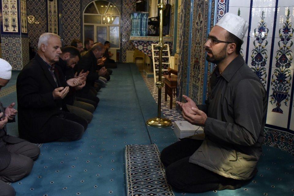 <p>Gümüşhane'de sabah namazı öncesi tüm camilerde Fetih suresi okundu ve dua edildi.</p>