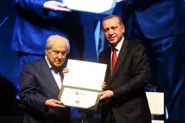<p>Pakdil, 25 Aralık 2015'te düzenlenen Star Gazetesi Necip Fazıl Ödülleri Takdim Töreninde ''Necip Fazıl Saygı Ödülü''nü Cumhurbaşkanı Recep Tayyip Erdoğan'ın elinden aldı.</p>
