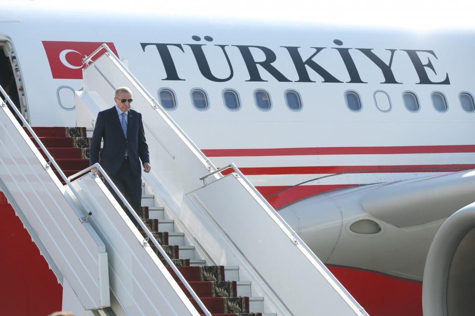 <p>Cumhurbaşkanı Recep Tayyip Erdoğan Rusya'ya geldi. Erdoğan ve Putin, Devlet Başkanlığı Rezidansında baş başa gerçekleştirecekleri görüşmenin ardından heyetler arası görüşmeye katıldı. Erdoğan ve Putin, daha sonrasında ortak basın toplantısı düzenledi.</p>  <p></p>
