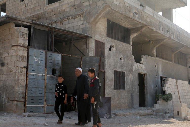 <p>ABD'nin, terör örgütü DEAŞ'ın elebaşı Ebubekir el-Bağdadi''yi İdlib'de öldürdüğü iddia edilen operasyon yerini, Anadolu Ajansı (AA) görüntüledi. Kameralara yansıyan görüntülerden, bir evin yerle bir edildiği ve sivillere ait bazı evlerin zarar gördüğü anlaşılıyor.</p>  <p></p>