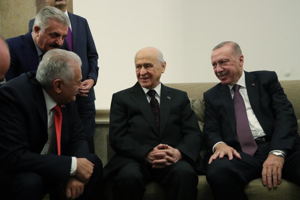 <p>Cumhurbaşkanı Erdoğan da grup toplantısının ardından Devlet Bahçeli'nin yanına geldi. Erdoğan ve Bahçeli, bir süre sohbet etti.</p>