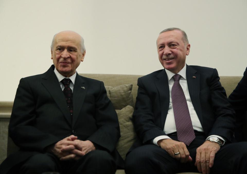 """<p>Bahçeli de basın mensupları ile sohbeti sırasında Cumhurbaşkanı Erdoğan ile bir araya gelmesine ilişkin, """"Sohbet toplantısı oldu, hal hatır soruyoruz karşılıklı, yakın alaka gösteriyor rahatsızlığım sürecinde"""" ifadelerini kullandı.</p>  <p></p>"""