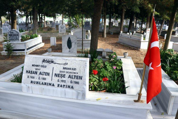 <p>Tekirdağ'ın Şarköy ilçesindeki evinde kızının ve eşinin fotoğraflarına bakarak teselli bulan Alten, AA muhabirine yaptığı açıklamada, kızının sevinçli bir şekilde, çocukları eğitimle buluşturmak, vatanına, milletine bağlı bireyler yetiştirmek için Diyarbakır'a gittiğini söyledi.</p>
