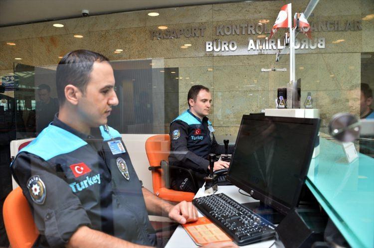 """<p>Havalimanılarına pasaport polisinden memnuniyeti değerlendiren cihazlardan sonra pasaport polisinin kıyafeti de değişti. Hudut kapılarında 100 milyondan fazla yolcuyu karşılayan pasaport polisleri artık özel tasarım polis yeleği giyiyor. Turkuaz renkli yeni yeleklerin ön kısmında """"Turkey"""" yazısı bulunuyor.</p>"""
