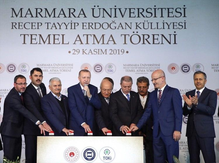 <p>Türkiye Cumhurbaşkanı Recep Tayyip Erdoğan (sağ 6), Milli Savunma Bakanı Hulusi Akar (sağ 4), Gençlik ve Spor Bakanı Mehmet Muharrem Kasapoğlu (solda), Çevre ve Şehircilik Bakanı Murat Kurum (sol 2), Eski TBMM Başkanı ve AK Parti İzmir Milletvekili Binali Yıldırım (sol 3), İstanbul Valisi Ali Yerlikaya (sağda) ve Marmara Üniversitesi Rektörü Prof. Dr. Erol Özvar (sağ 2), Marmara Üniversitesi Recep Tayyip Erdoğan Külliyesi Temel Atma Töreni'ne katıldı.</p>