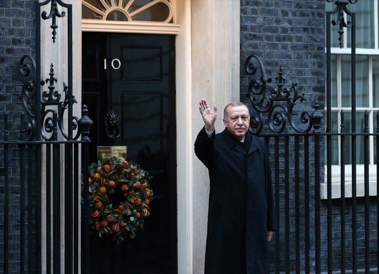 """<p>Cumhurbaşkanı Erdoğan, Dörtlü Suriye Zirvesi için Başbakanlık ofisi """"10 Numara""""ya geldi. Erdoğan, Dörtlü Zirve için Başbakanlık Ofisi'ne gelişinde gazetecileri selamladı.</p>"""