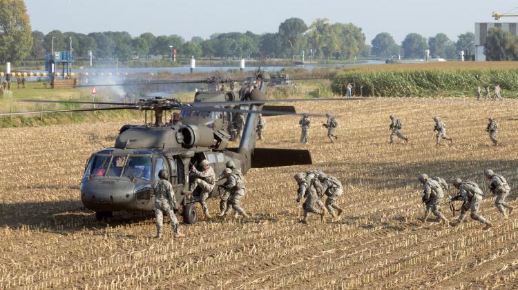 <p><strong>12. Hollanda</strong></p>  <p>Toplam nüfus: 17,151,228<br /> <br /> Mevcut insan gücü: 7,820,960<br /> <br /> Toplam askeri personel: 40,500<br /> <br /> Aktif personel: 35,500<br /> <br /> Toplam hava gücü: 161<br /> <br /> Savaş tankları: 18<br /> <br /> Zırhlı Savaş Aracı: 1,014<br /> <br /> Toplam deniz varlıkları: 56<br /> <br /> Savunma bütçesi: 9,8 milyar dolar</p>
