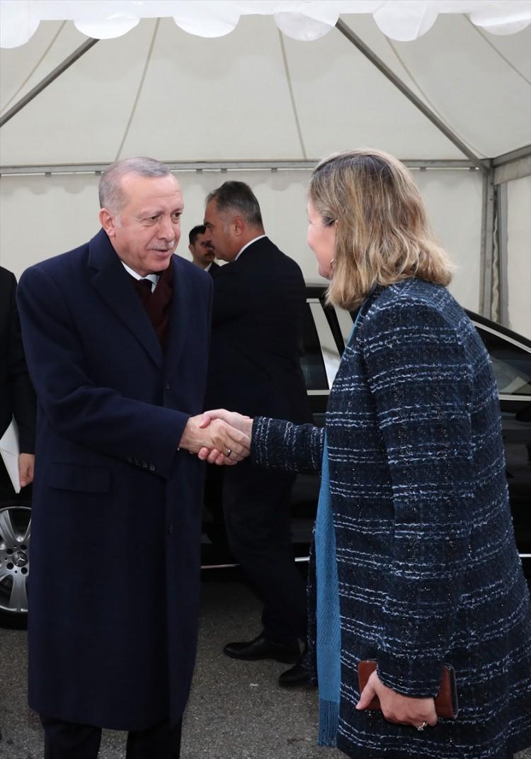 <p>Türkiye Cumhurbaşkanı Recep Tayyip Erdoğan, 1. Küresel Mülteci Forumu'na katılmak üzere Birleşmiş Milletler (BM) Cenevre Ofisi'ne geldi. Cumhurbaşkanı Erdoğan, BM Cenevre Ofisi'ne gelişinde BM Mülteciler Yüksek Komiser Yardımcısı Kelly Clements (sağda) tarafından karşılandı.</p>
