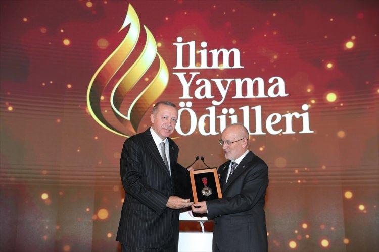 <p>Türkiye Cumhurbaşkanı Recep Tayyip Erdoğan Dolmabahçe Sarayı'nda düzenlenen İlim Yayma Ödülleri Töreni'ne katıldı. İlim Yayma Vakfı Mütevelli Heyeti Başkanı Yücel Çelikbilek Cumhurbaşkanı Erdoğan'a hediye takdim etti.</p>