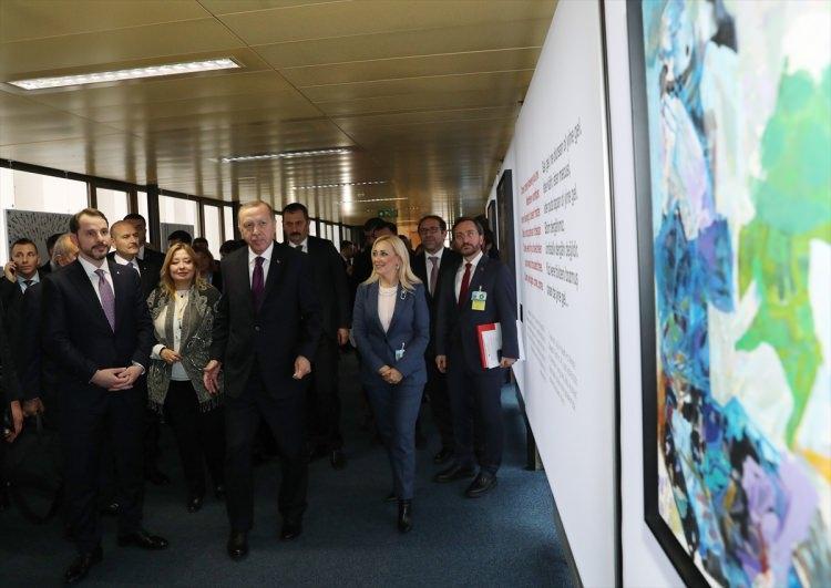 """<p>Türkiye Cumhurbaşkanı Recep Tayyip Erdoğan, 1. Küresel Mülteci Forumu'na katılmak üzere bulunduğu Cenevre'deki BM Ofisi'nde """"Hayat Devam Ediyor, Sanat Devam Ediyor"""" sergisini gezdi.</p>"""