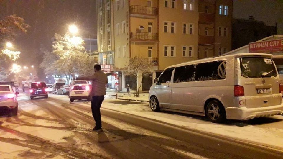 <p><strong>Kars'ta akşam saatlerinde etkili olan kar yağışı kenti beyaza bürüdü.</strong></p>  <p><br /> Kars'ta akşam saatlerinde etkili olan kar yağışıyla birlikte sokaklar beyaz örtüyle kaplandı.</p>