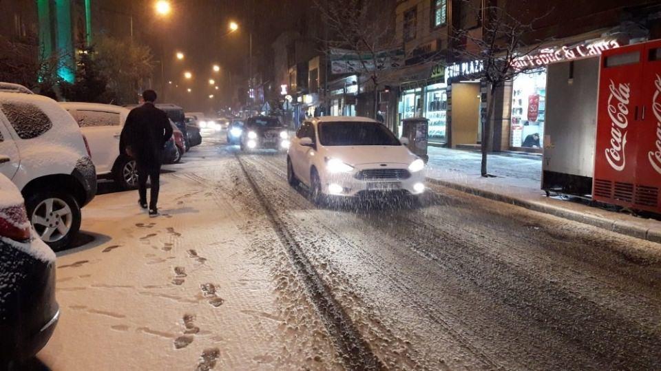 <p>Kar yağışının etkili olduğu kentte sokaklara çıkan vatandaşlar bol bol fotoğraf çekerken, yağan kar vatandaşlarında yüzünü güldürdü.</p>