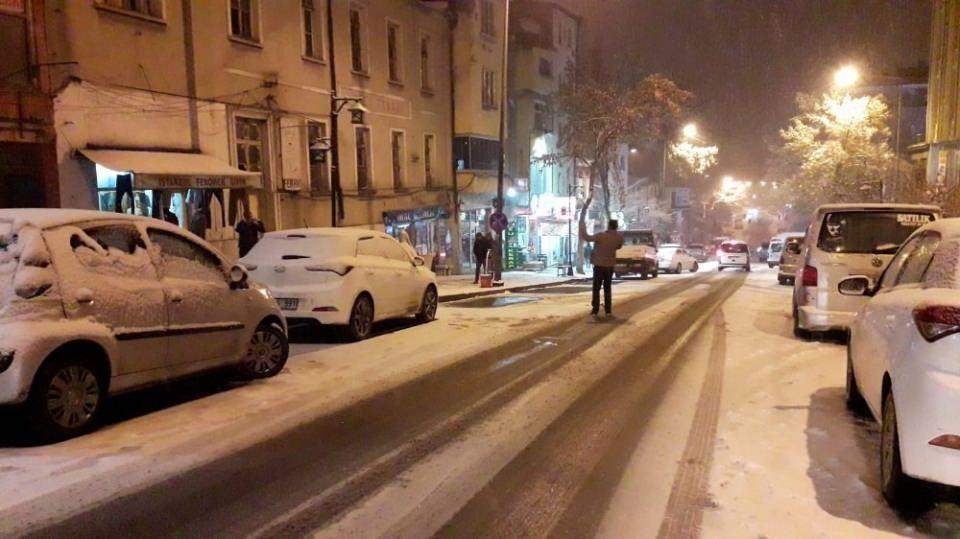 <p>Trafik ekipleri sürücüleri dikkatli olmaları konusunda uyarırken, kar yağışının kentte gece de etkili olması bekleniyor.</p>