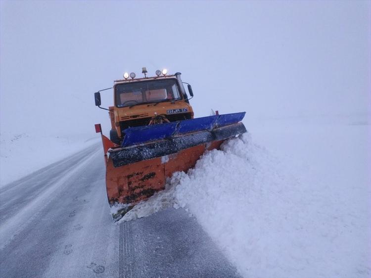 <p>Karayolları ekipleri yüksek kesimlerde 15 santimetreye ulaşan yollarda temizlik çalışması yaptı.</p>